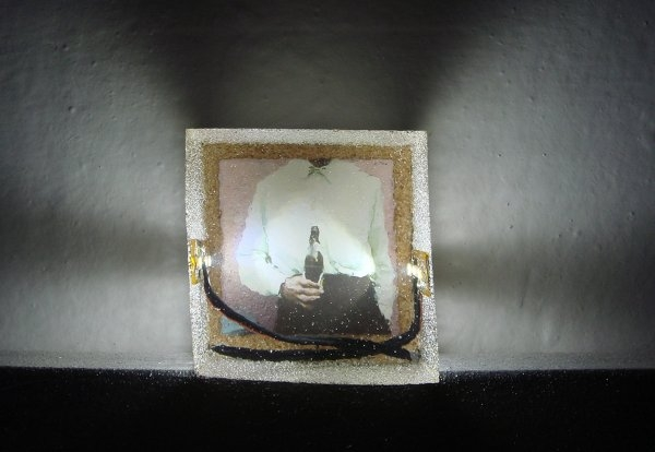 Patrik Kriššák – Idol (front), 2010, 6x6x5cm, color photography, light object 12V