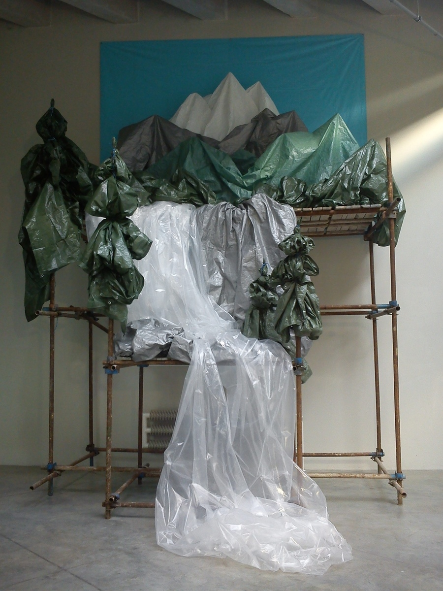 Pia Sirén – Mountain Landscape, 2011, mixed media installation, (tarpaulin, plastic, scaffolding, rope, wood), 6 x 5 x 4 m (STARTPOINT exhibition, Brno, Special Thanks: SCAFFOLD, s.r.o.)