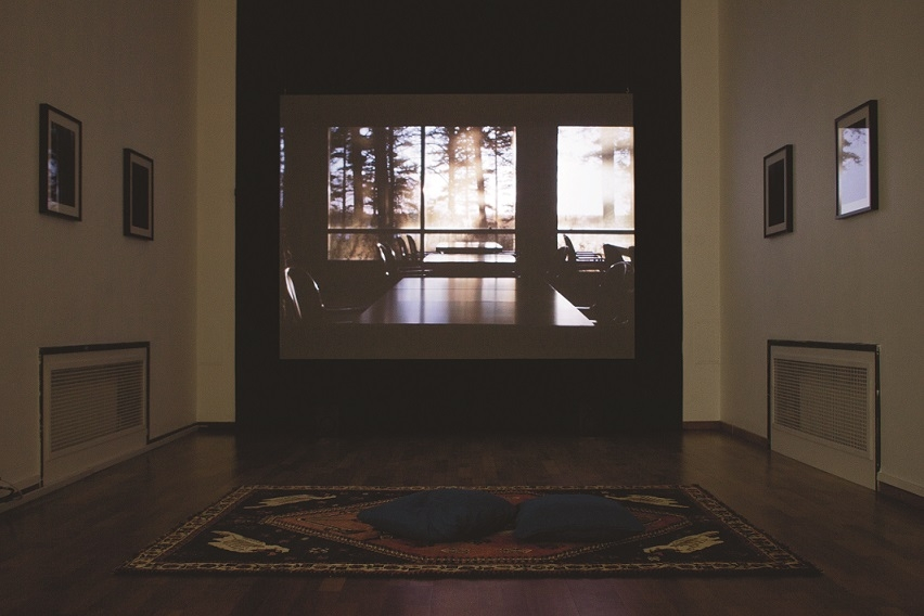 Anna Knappe – Mohajer (camp-e- forsat), 2016, video projection: 21 min, pigment prints, a persian carpet, installation view